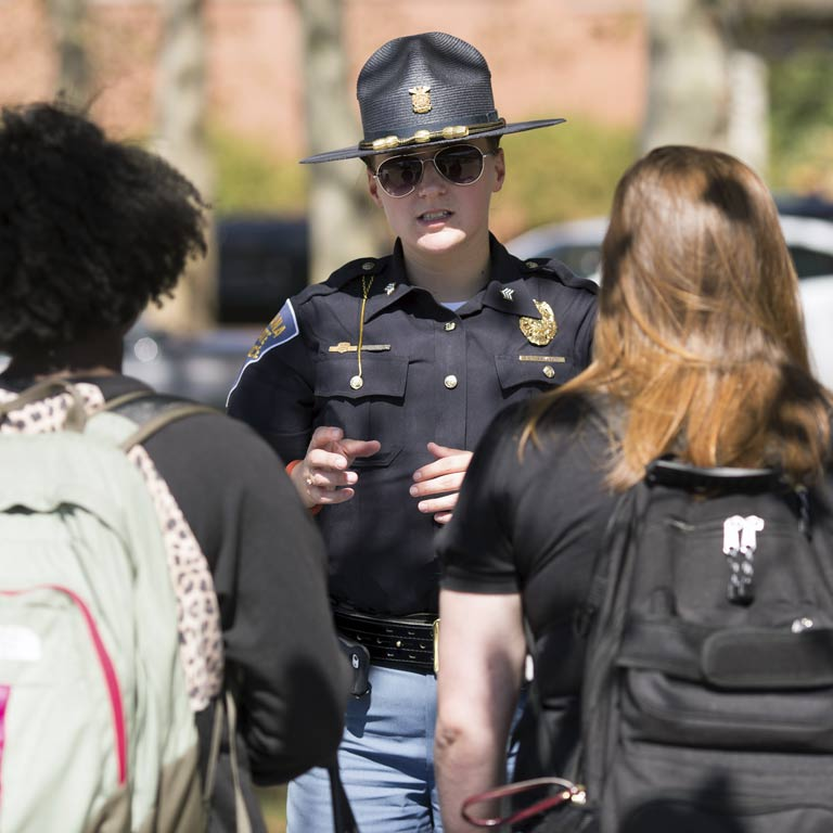 A police officer speaks with SPEA students.